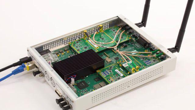 802.11 OFDM 비콘 프레임을 수신하는 데 사용된 USRP SDR.